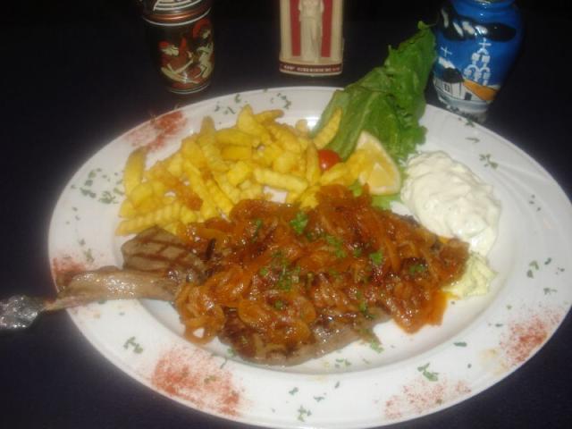 Nr. 150 Rumpsteak 220 gr. mit Röstzwiebeln, Folienkartoffeln gefüllt mit Zaziki, dazu Salat