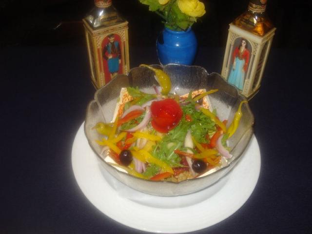Nr. 044 Bauernsalat nach griechischer Art von unserem Küchenchef pikant gewürzt, mit Tomaten, Gurken, grünem Salat, Oliven, Peperoni, Kartoffeln, Fetakäse und Zwiebeln