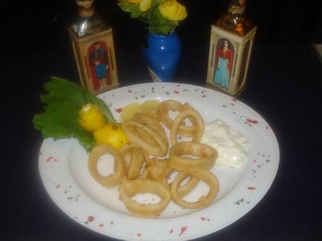 Nr. 078 Kalamaris: Tintenfischringe in Teig gebacken aus der Pfanne, dazu Zaziki und Salat