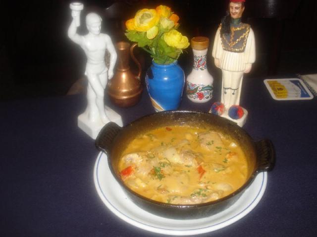 Nr. 183 Metaxa-Pfännchen: 3 Schweinefiletmedaillons in pikanter Sauce (mit Metaxa verfeinert), dazu Salat und Brot