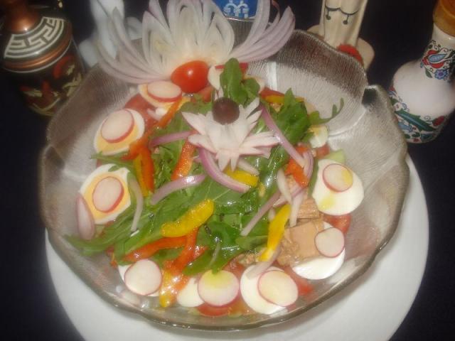 Nr. 045 Odysseus Salat: Wir servieren Ihnen in einer großen Schale: bunter knackiger Salat mit Ei, Butterkäse, Schinken, Tomaten, Gurken und einer köstlichen Dressingsauce