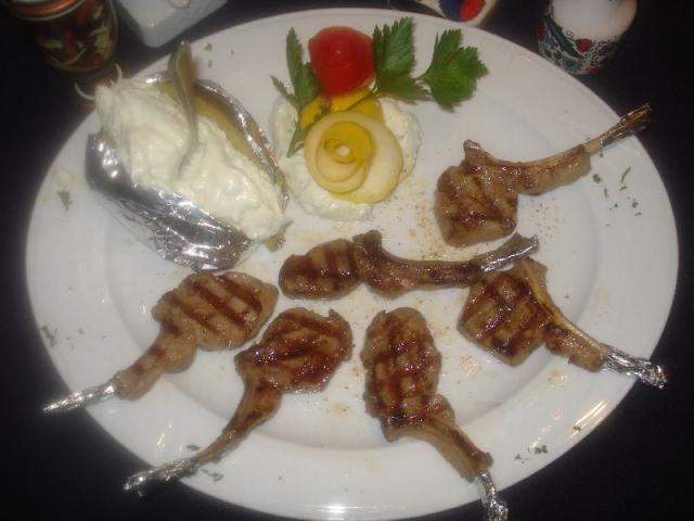 Nr. 153 Lammkarré mit Folienkartoffel gefüllt mit Zaziki, dazu Salat