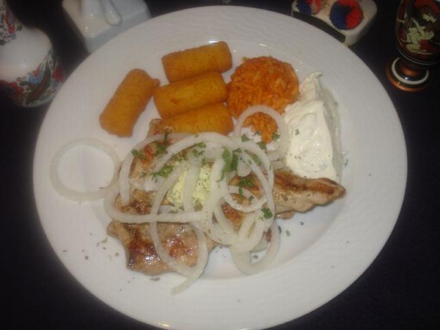 Nr. 112 Schweinefilet gefüllt mit Käse, Zaziki, Reis, Kroketten und Salat